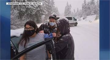 遇暴風雪受困路上 美國公衛人員就地施打疫苗