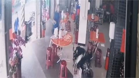 疑超車不慎釀擦撞休旅車 騎士連人帶車噴進路旁早餐店