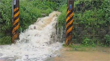 雨勢又大又急 基隆麥金路宣洩不及出現小瀑布