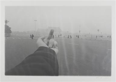 朝天安門比中指攝影作品香港被禁 艾未未感到自豪