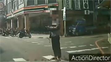 銅鑼鄉行人站斑馬線阻礙交通 與汽車駕駛爆口角