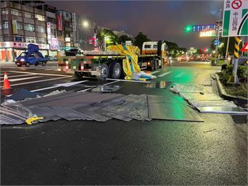 快新聞/高雄小港聯結車未綁好鋼片! 散落一地害2騎士摔車受傷