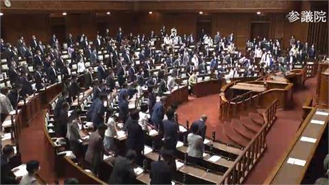 感動影片曝光!日本議員「全體起立」挺台灣 網淚喊:謝謝日本
