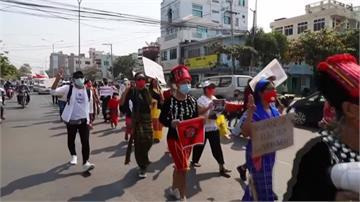 緬甸反政變示威升溫!民眾不顧限聚令上街 毛淡棉警方開槍致3人傷