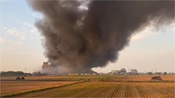 快新聞/嘉義太保工廠大火延燒 濃煙漫天盤據農田上空