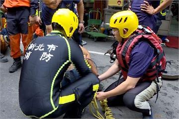 工人清淤受困下水道 警消順利將人救出