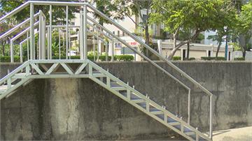 危險!台中大坑登山步道 河堤旁景觀樓梯鐵欄杆整排遭鋸