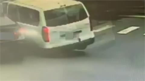 砰!救護車轉院途中遭BMW撞 4人送醫