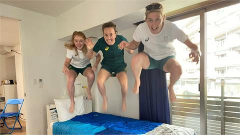 東奧/測試紙板床耐重度掀風潮!繼愛爾蘭選手後澳洲3正妹直播狂跳「開箱」