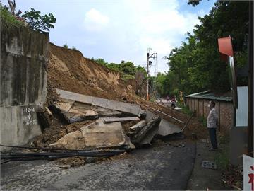 快新聞/鳳山國有財產署擋土牆整片倒塌 扯斷電桿、6米道路蓋滿土石