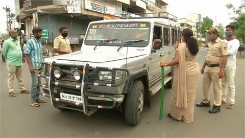 印度卡納塔克邦鐵腕封城 民眾出門就警棍伺候