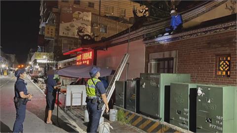 掉漆!屋頂摔入中庭  笨賊偷香油錢狼狽落網