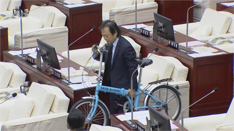 贈柯P腳踏車 王世堅酸:政治不難 找回網軍而已