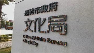 進入公家機關需量體溫貼紙 辨識大門銜牌被貼滿 成「草間彌生」創作