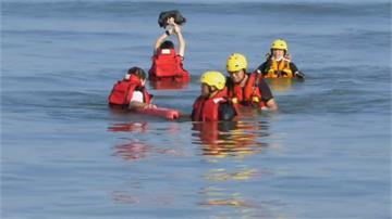 2台中女海邊踏浪險.... 下秒「淹上頸部」受困  海巡急搶救