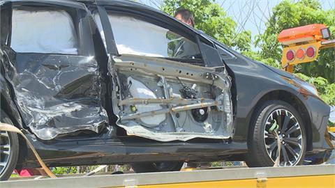 廂型車與小客車路口對撞後翻覆 兩車1死6傷