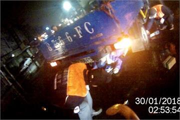 騎士與貨車相撞滑進車底  千斤頂救援