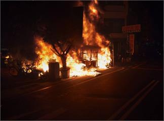 快新聞/騎士哭哭!台南市北區公園路旁停車場大火 36輛機車全毀或半毀