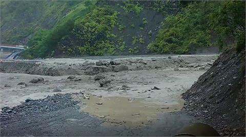 快新聞/中颱「璨樹」釀大量土石流往下衝!  明霸克露橋便道遭掩埋