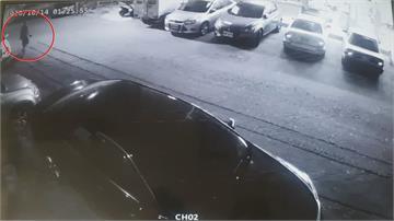 情侶騎車撞飛路人「裝忙領錢棄車溜」  落跑全都錄! 警調監視器追人