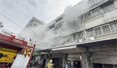 快新聞/嘉市興業東路民宅失火狂冒煙 77歲婦逃生跌倒、28歲男換氣過度送醫
