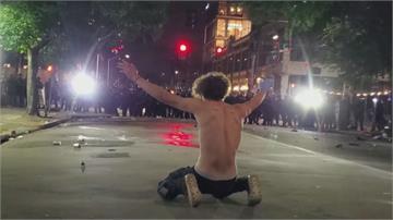宛如反送中 美國抗議者撐傘擋催淚瓦斯