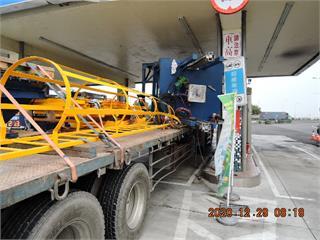 快新聞/超驚險!聯結車貨物撞擊加油站招牌摔落 幸未撞擊加油機具