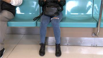 大過年驚傳「捷運偷拍狼」!一路尾隨狂拍 竟在女子面前摸下體 女嚇得手腳發抖