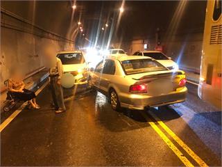 快新聞/疑進隧道視線不佳 89歲老翁開車衝對向車道擦撞2車