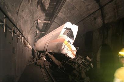 快新聞/太魯閣號出軌「車頭被削掉一半」 36人命危72名乘客待救援