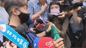 快新聞/黃鴻升公益義賣現場擠爆 粉絲買到帽T:他最後一次跟我們聊天穿的