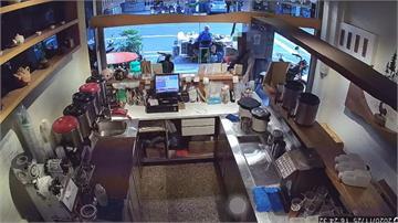 連這也要偷! 男硬拔走飲料店櫃台上的愛心箱