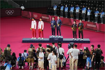 東奧/麟洋配讓中國選手站著聽我「國旗歌」 謝長廷讚「贏得金牌也贏得尊嚴」
