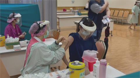 7萬劑莫德納配發拚醫護全施打 日贈台AZ疫苗6/15起接種、75歲以上順位提前