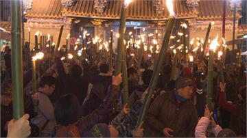 元宵節不提燈籠 北埔數百人拿「油笐」夜遊