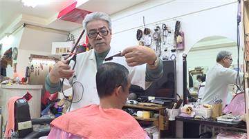 不只設計髮型!理髮師巧手木雕栩栩如生
