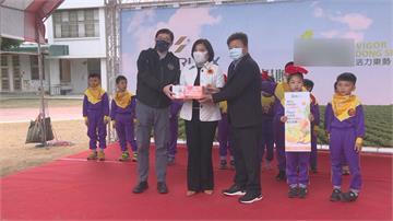 張國煒捐36000瓶果汁送學童 親赴雲林校園