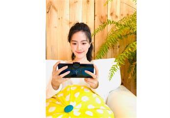 甜美實況主JOJO公開「新歡」! 曬「地表最強外掛」手機開直播
