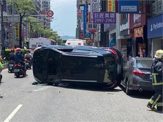 快新聞/駕駛自撞安全島翻覆困車內 被新莊熱心民眾救出...竟拔腿「落跑了」