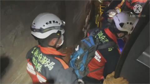 為了幫其他乘客脫困...   強忍胸疼、腦出血暈眩 他奮勇踢破車窗救命
