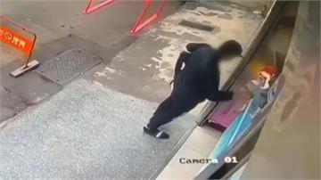一身名牌竟是賊!不到5秒... 趁店員轉身抱走零錢箱