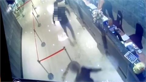 快新聞/最新畫面曝光!2黑衣男衝雙北警局長餐敘 朝餐廳灑千隻蟑螂