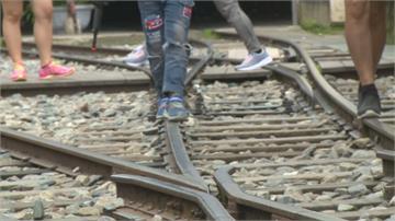 搶拍阿里山林鐵小火車通行 登山客貼近鐵軌拍照險象環生