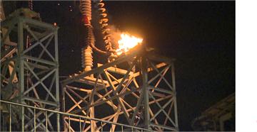快新聞/震天巨響! 中和高壓電塔爆炸…火光與零件四射多輛車遭毀