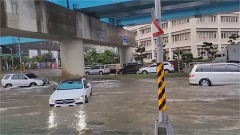 午後大雨瞬間積水! 機捷A8站附近馬路成泳池