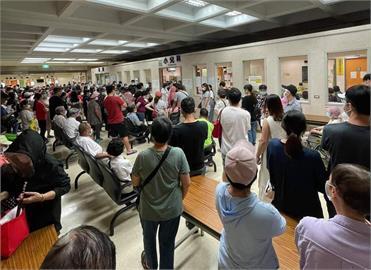 快新聞/宜蘭聖母醫院開打莫德納 長輩、孕婦全擠在大廳惹民怨