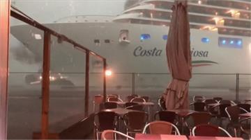 驚險!狂風暴雨中 威尼斯郵輪險撞碼頭