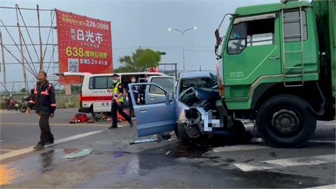 大貨車攔腰撞爛汽車 女駕駛無呼吸心跳送醫不治
