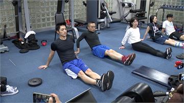 動起來!蔣萬安、耿葳化身健身教練 教你在家過年健身