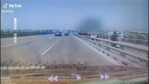聯結車當「塞子」 誤闖機車道騎士全堵住